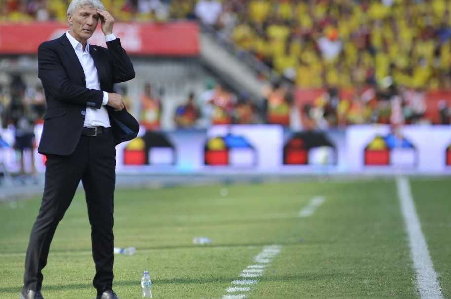 BARRANQUILLA, COLOMBIA - OCTOBER 08:  Jose Nestor Pekerman coach of Colombia gives instructions to his players during a match between Colombia and Peru as part of FIFA 2018 World Cup Qualifier at Metropolitano Roberto Melendez Stadium on October 08, 2015 in Barranquilla, Colombia. (Photo by Gal Schweizer/LatinContent/Getty Images)