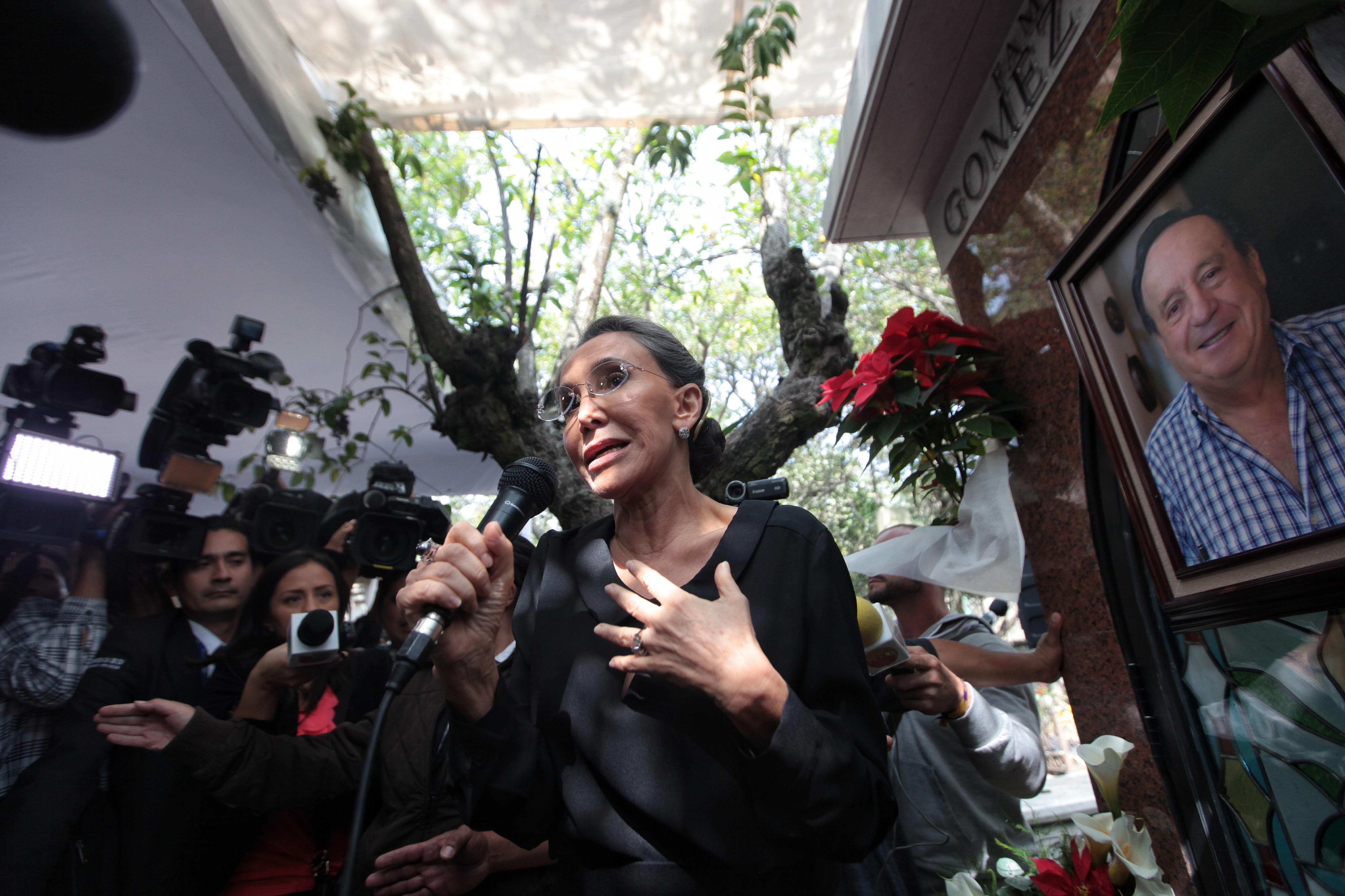 """MEX33. CIUDAD DE MÉXICO (MÉXICO), 28/11/2015.- La actriz Florinda Meza, viuda de Roberto Gómez Bolaños """"Chespirito"""", asiste a una misa por el primer aniversario de la muerte de su esposo hoy, sábado 28 de noviembre de 2015, en Ciudad de México (México). Una emotiva misa a la que asistió un centenar de personas recordó hoy en la Ciudad de México al icónico comediante mexicano Roberto Gómez Bolaños """"Chespirito"""", en el primer aniversario de la muerte. EFE/Sáshenka Gutiérrez"""