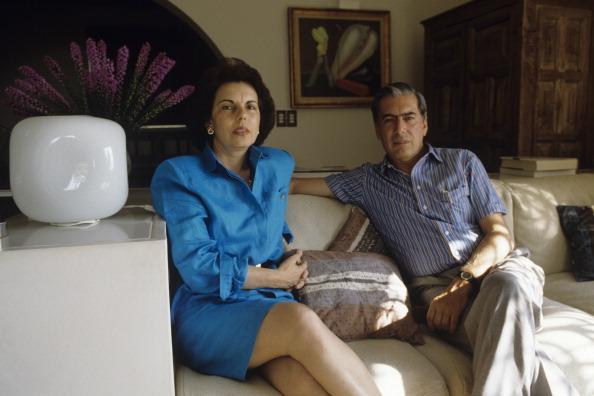 Close-Up Of Mario Vargas Llosa. En mars 1990, l'écrivain péruvien Mario Vargas LLOSA, candidat à l'élection présidentielle, assis sur un canapé avec son épouse Patricia VARGAS LLOSA dans leur maison de Barranco à Lima, au Pérou. (Photo by Yann Gamblin/Paris Match via Getty Images)