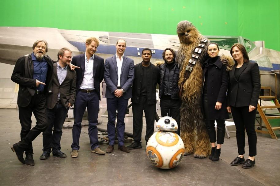 Mark Hamill, Rian Johnson, Principe Harry, Principe William, John Boyega, Chewbacca y Daisy Ridley.