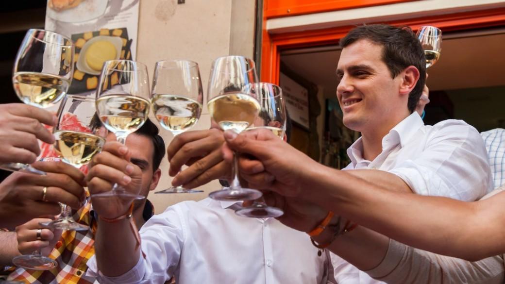 Grupo de amigos tomando vino