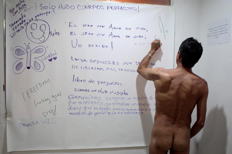 Asistentes exposición desnudos 3