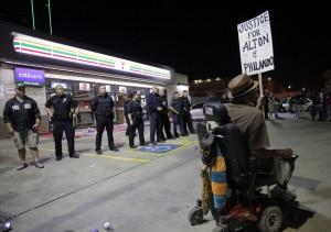 RL02 DALLAS (ESTADOS UNIDOS) 08/07/2016.- Un hombre se manifiesta frente a los policías desplegados en la esquina de Ross Avenue y Griffin street durante una protesta contra la violencia policial hacia los negros en EEUU, que se saldó con cinco agentes muertos en in tiroteo, en Dallas, Estados Unidos, hoy, 8 de julio de 2016. Los cinco policías fallecieron y otros 6 resultaron heridos cuando dos francotiradores les dispararon desde posiciones elevadas, informó la Policía de la ciudad. Uno de los sospechosos de haber protagonizado los disparos sigue atrincherado en un aparcamiento en el centro de Dallas, desde donde ha asegurado que ha colocado varias bombas en todo el edificio y en otras partes de la ciudad. Al margen del sospechoso atrincherado en el aparcamiento, la Policía mantiene en custodia a tres personas, incluyendo a una mujer que fue detenida en el aparcamiento y a otros dos individuos que circulaban por la autopista en un Mercedes. EFE/Ralph Lauer