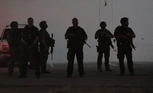 RL04 DALLAS (ESTADOS UNIDOS) 08/07/2016.- Agentes de policía permanecen alerta en la esquina de Ross Avenue y Griffin street durante una manifestación contra la violencia policial hacia los negros en EEUU, que se saldó con cinco agentes muertos en in tiroteo, en Dallas, Estados Unidos, hoy, 8 de julio de 2016. Los cinco policías fallecieron y otros 6 resultaron heridos cuando dos francotiradores les dispararon desde posiciones elevadas, informó la Policía de la ciudad. Uno de los sospechosos de haber protagonizado los disparos sigue atrincherado en un aparcamiento en el centro de Dallas, desde donde ha asegurado que ha colocado varias bombas en todo el edificio y en otras partes de la ciudad. Al margen del sospechoso atrincherado en el aparcamiento, la Policía mantiene en custodia a tres personas, incluyendo a una mujer que fue detenida en el aparcamiento y a otros dos individuos que circulaban por la autopista en un Mercedes. EFE/Ralph Lauer