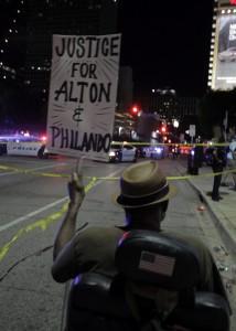 RL01 DALLAS (ESTADOS UNIDOS) 08/07/2016.- Louis Evans grita consignas contra la policía durante una manifestación contra la violencia policial hacia los negros en EEUU, que se saldó con cinco agentes muertos, en Dallas, Estados Unidos, hoy, 8 de julio de 2016. Los cinco policías fallecieron y otros 6 resultaron heridos cuando dos francotiradores les dispararon desde posiciones elevadas, informó la Policía de la ciudad. Uno de los sospechosos de haber protagonizado los disparos sigue atrincherado en un aparcamiento en el centro de Dallas, desde donde ha asegurado que ha colocado varias bombas en todo el edificio y en otras partes de la ciudad. Al margen del sospechoso atrincherado en el aparcamiento, la Policía mantiene en custodia a tres personas, incluyendo a una mujer que fue detenida en el aparcamiento y a otros dos individuos que circulaban por la autopista en un Mercedes. EFE/Ralph Lauer