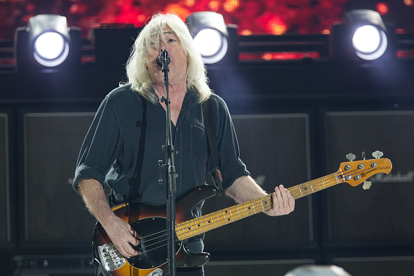 El bajista Cliff Williams, de AC/DC en concierto.