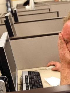 Hombre mirando el computador