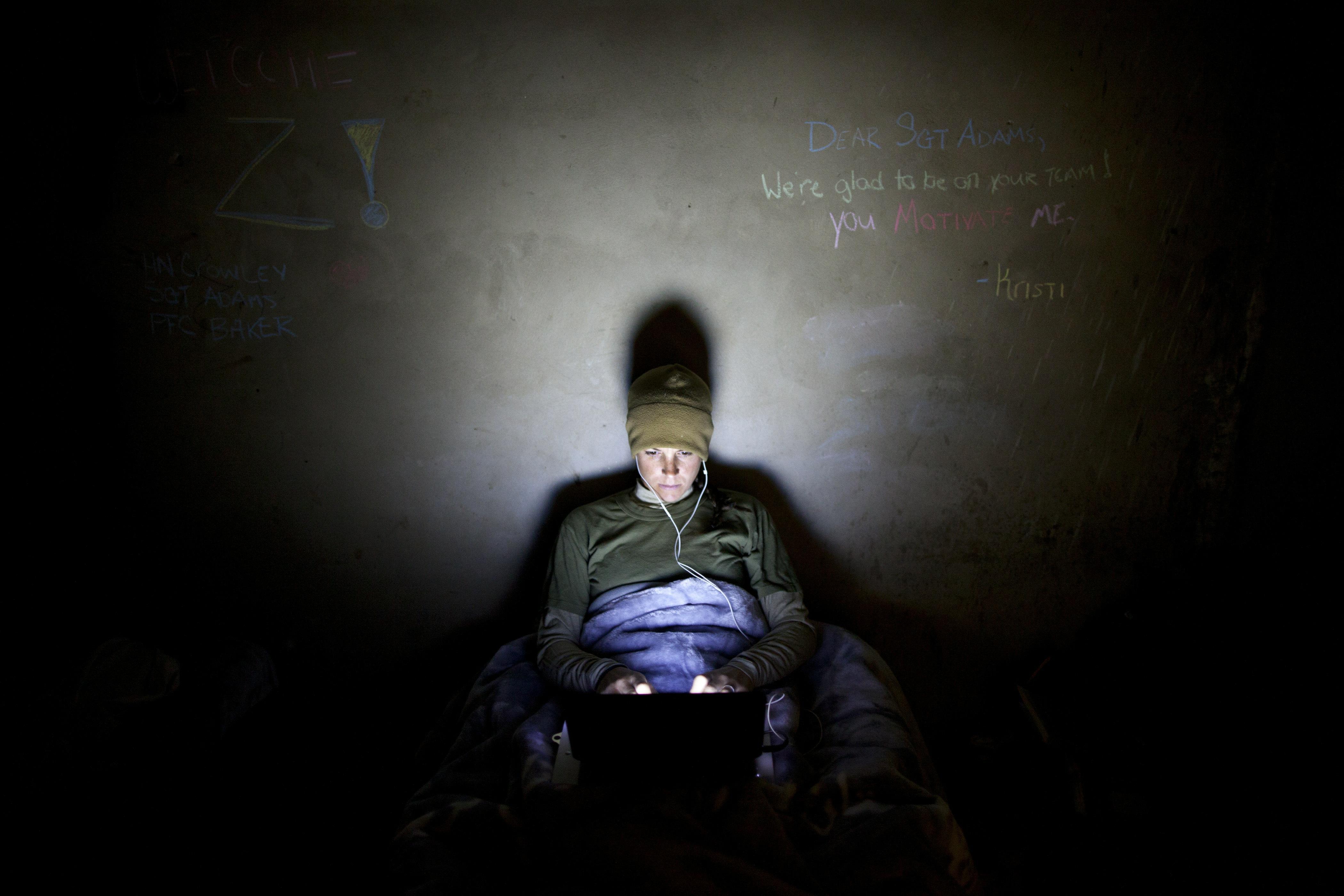 Hombre usando iPad, Computador - pulzo.com