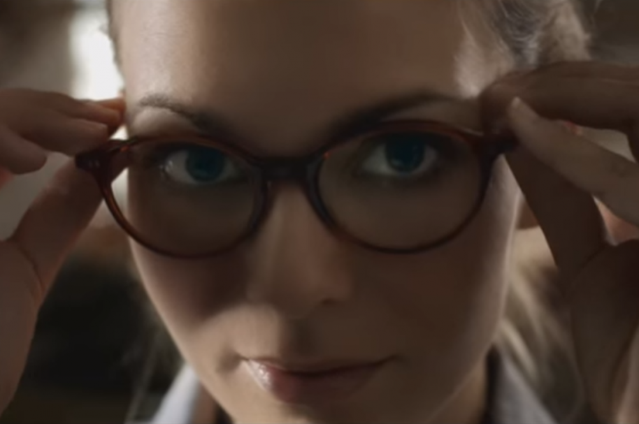 Mujer usando gafas - pulzo.com