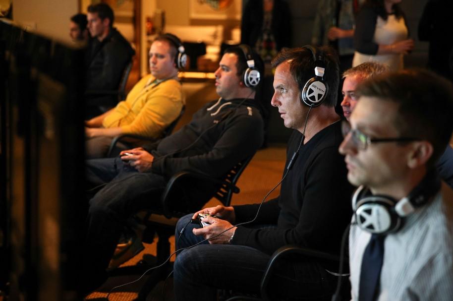 Hombres jugando videojuegos - pulzo.com