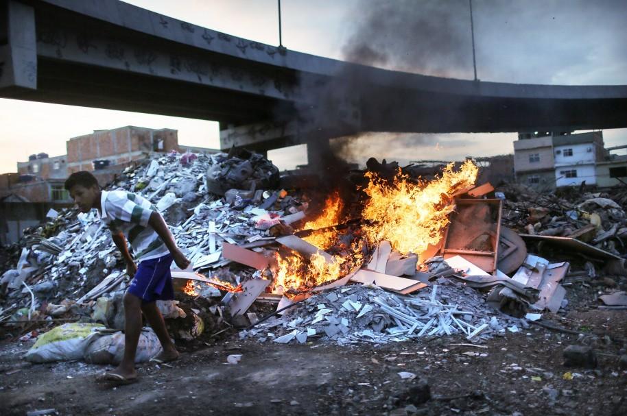 Favela Mare junto a la autopista del aeropuerto internacional de Río de Janeiro