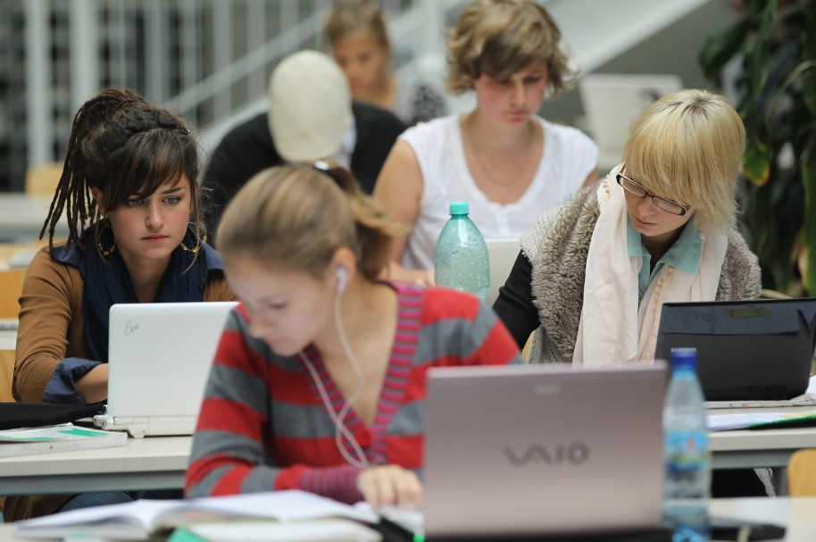 Mujeres trabajando con computadores - pulzo.com