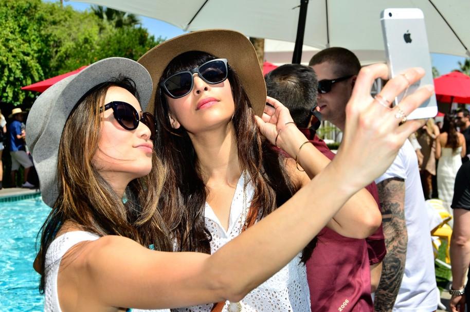 Mujeres tomándose una fotografía tipo selfie - pulzo.com