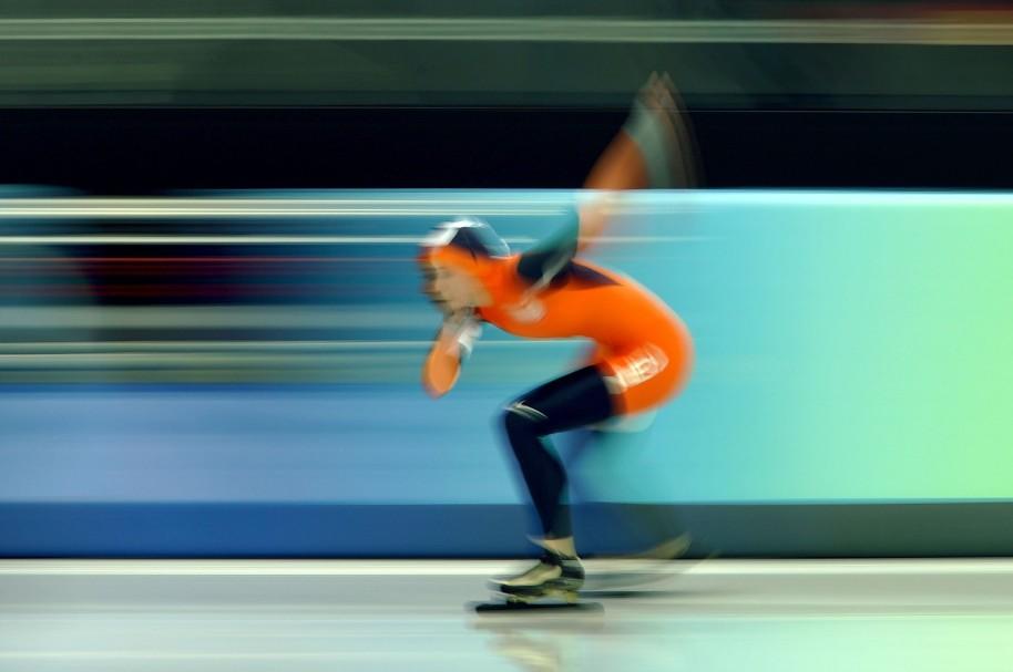 Imagen borrosa de mujer patinando - pulzo.com