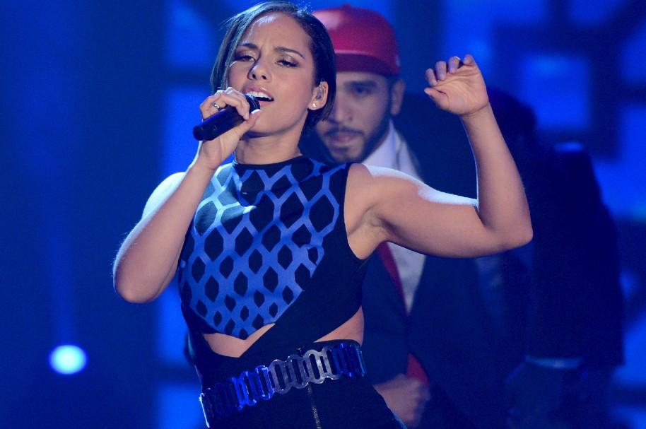 Alicia Keys cantando en el escenario - pulzo.com