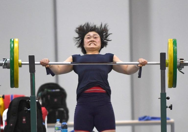 Una levantadora de pesas china entrena para los Juegos Olímpicos Río 2016.