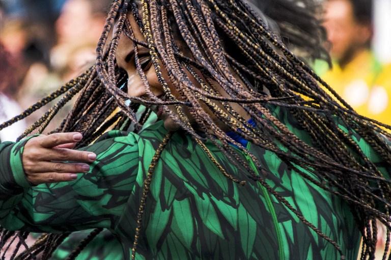 Bailarina sonríe durante ceremonia de bienvenida de Juegos Olímpicos. Pulzo.com