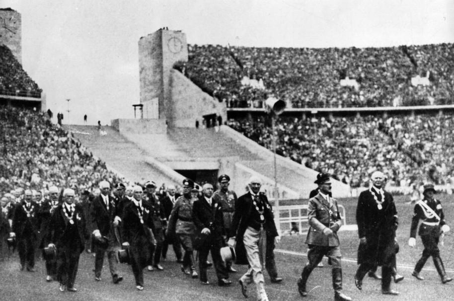 Adolf Hitler llega a la inauguración de los Juegos en el Estadio Olímpico