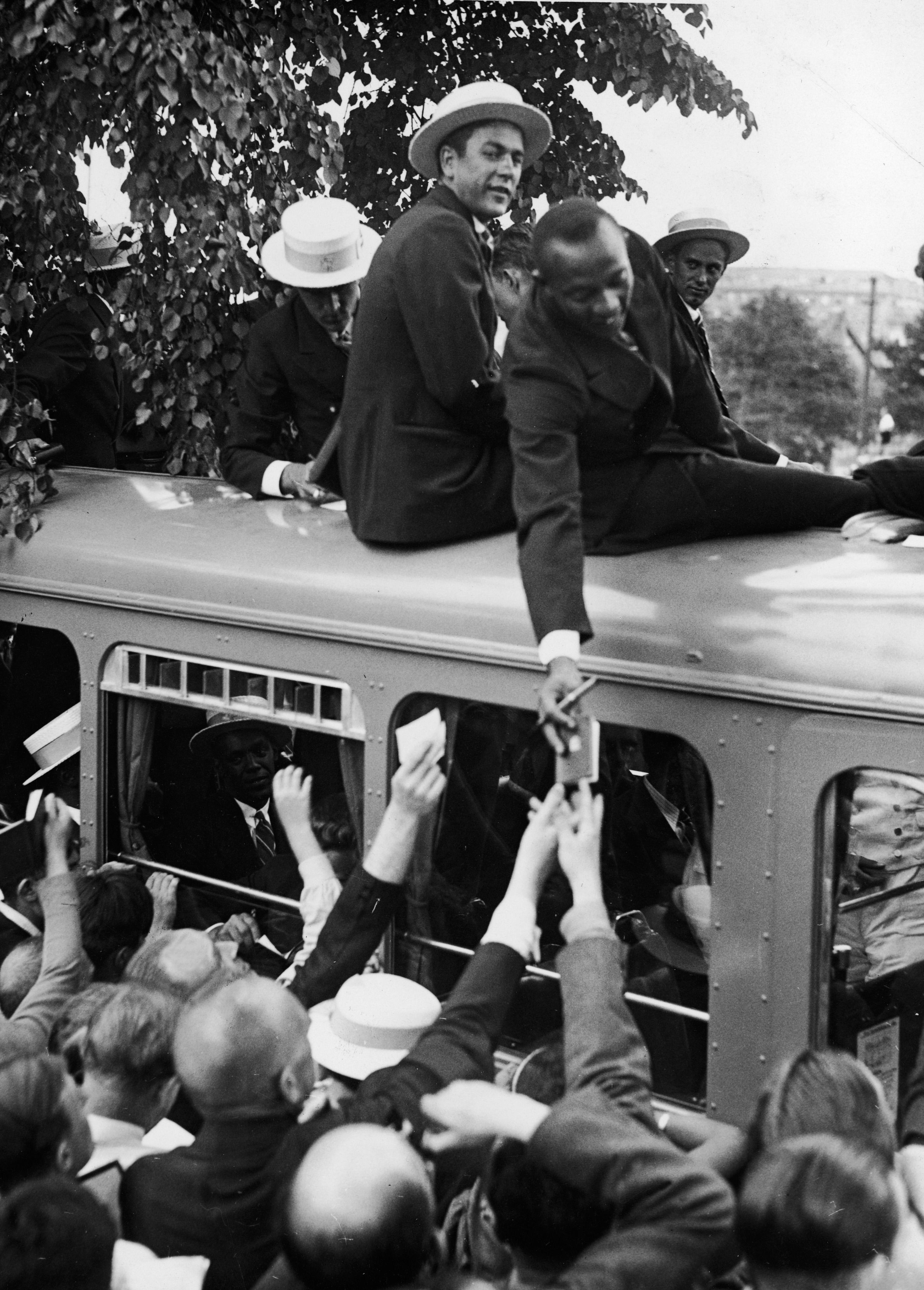 Jesse Owens firmando autógrafos a una multitud de alemanes. Julio de 1936
