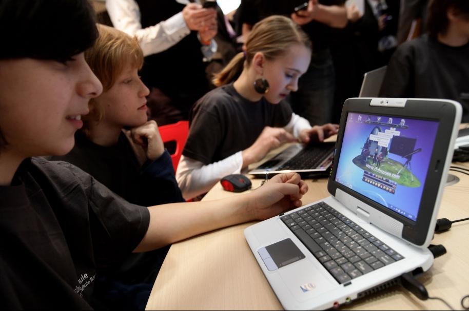 Jóvenes usando un computador - pulzo.com