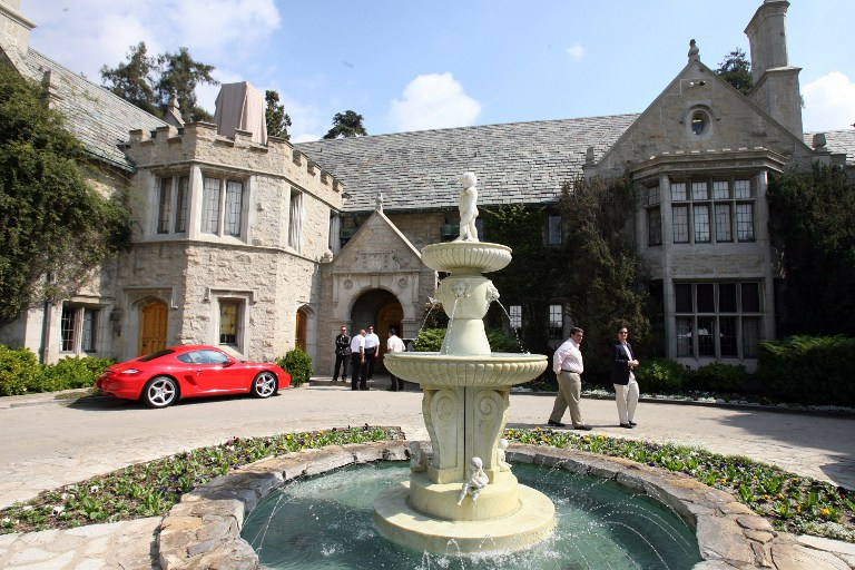 View of the Playboy Mansion, owned by US Playboy Magazine publisher Hugh Hefner in Beverly Hills, California, 14 October 2006. GABRIEL BOUYS / AFP PHOTO / GABRIEL BOUYS