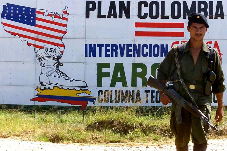 Imagen de un guerrillero tomada en San Vicente del Caguán, el 30 de enero de 2001