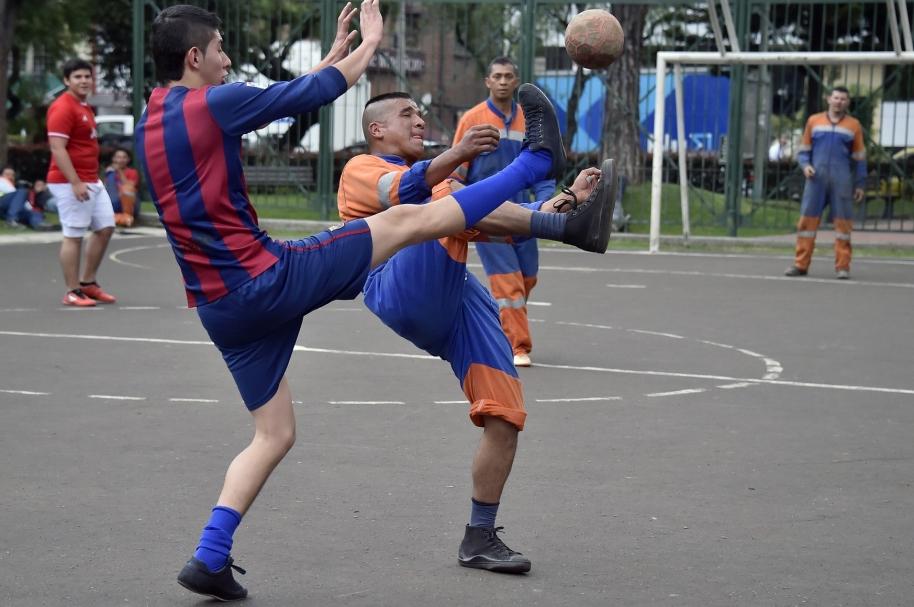 Fútbol de barrio.