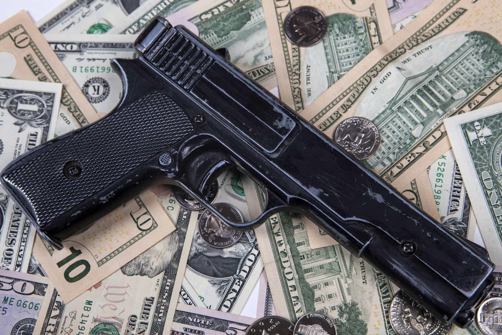 Pistola y dinero