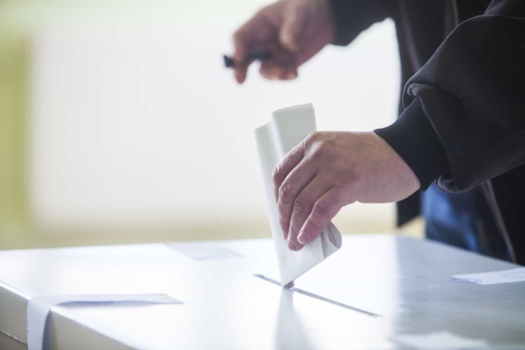 Mano depositando voto
