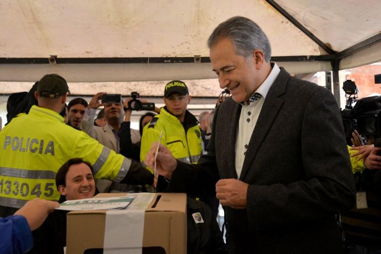El general Óscar Naranjo votando durante el plebiscito. Pulzo.com