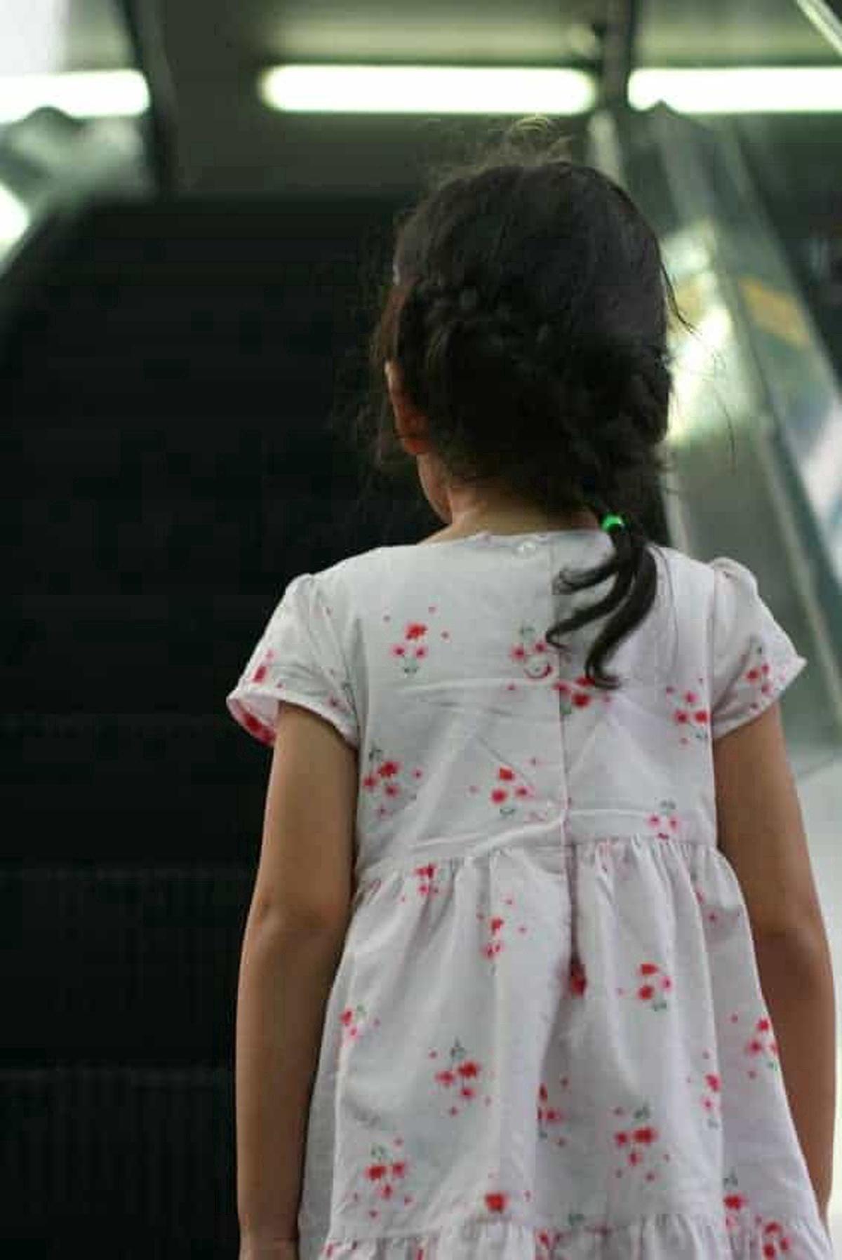 Niña subiendo una escalera eléctrica. Pulzo.com