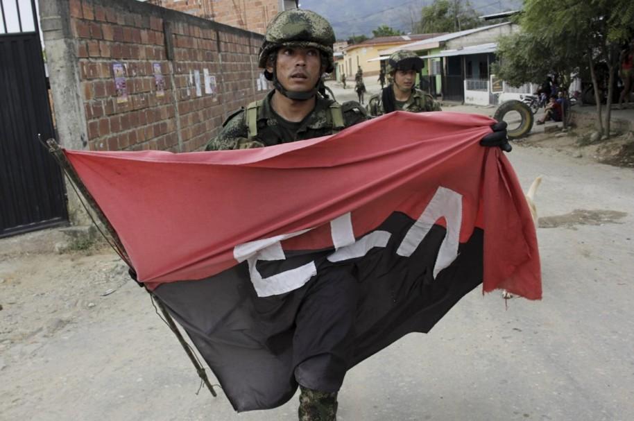 Soldado del ejercito con bandera del ELN