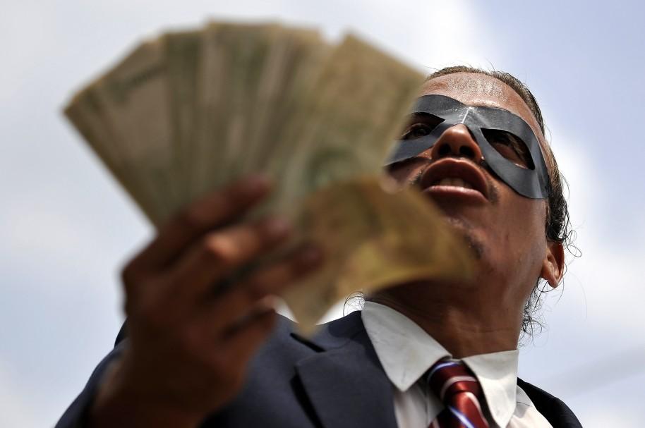 Un hombre en manifestación contra la corrupción