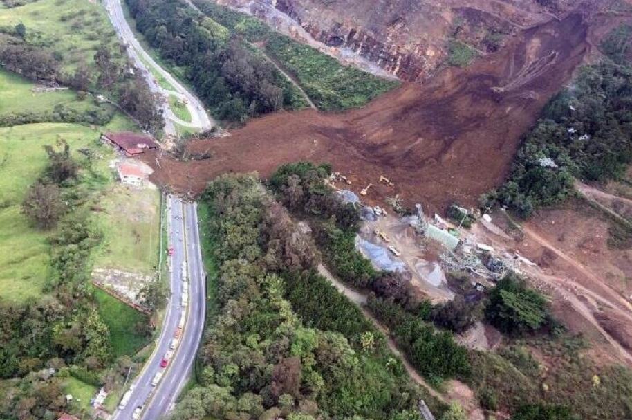 Derrumbe en autopista Bogotá-Medellín