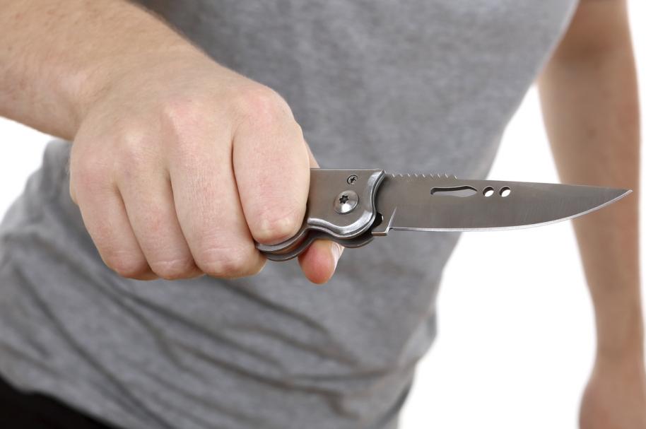 Joven sosteniendo un cuchillo