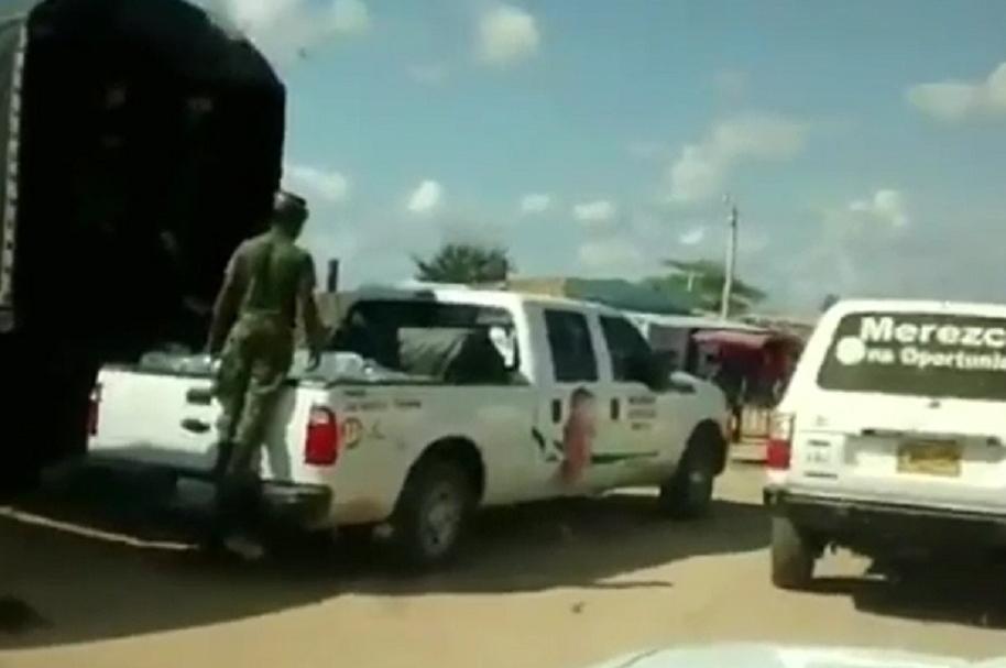 Militares reparten ayudas en carro de político
