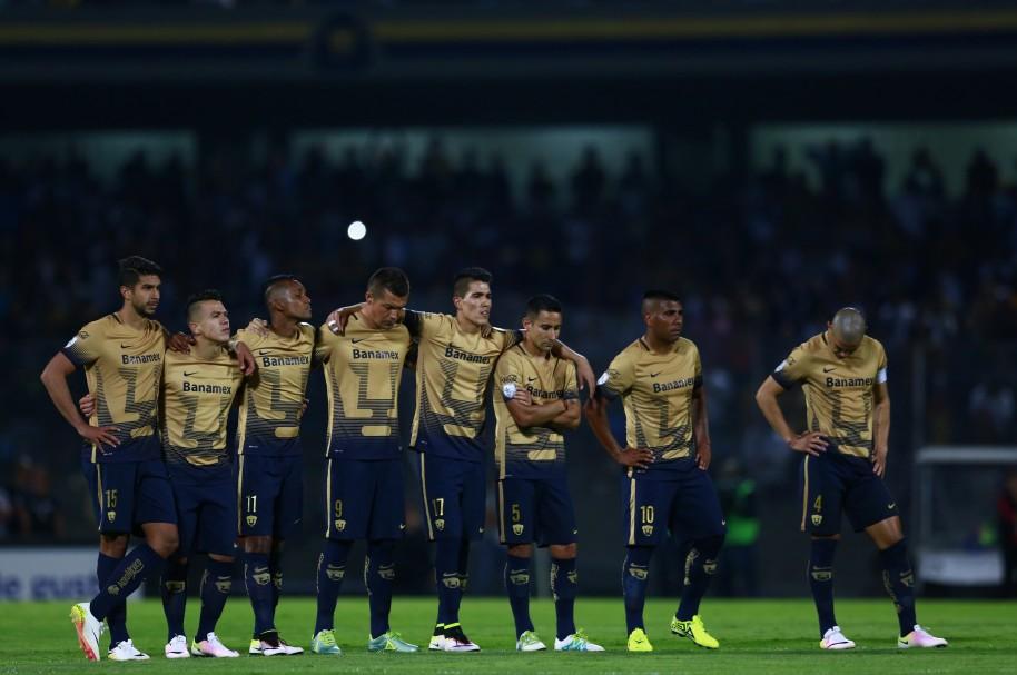Jugadores de Pumas de la UNAM se lamentan de una derrota ante Independiente del Valle en la Copa Bridgestone Libertadores 2016