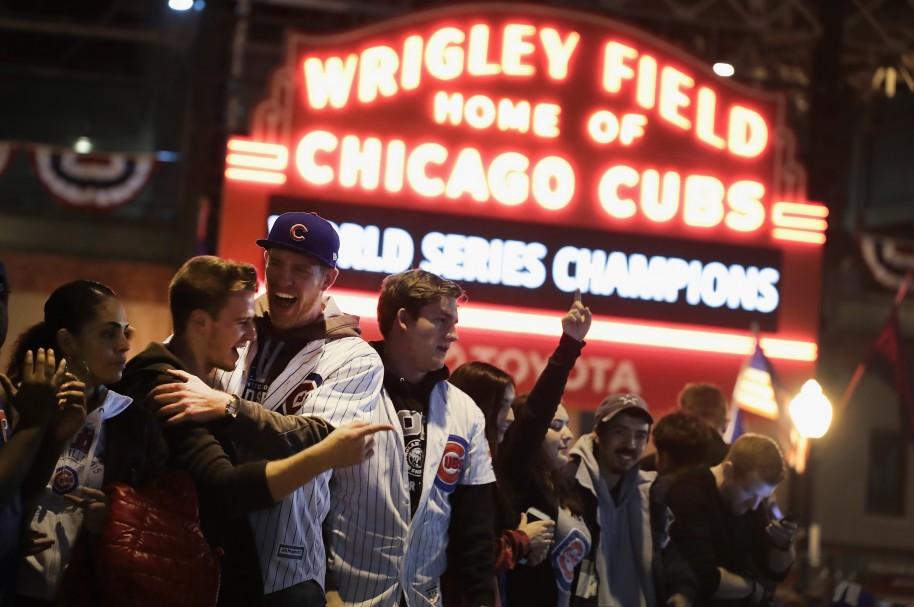 Hinchas de los Cachorros de Chicago celebran frente al Wrigley Field