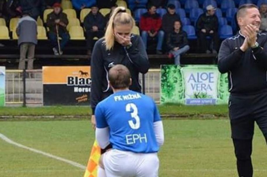 Propuesta de matrimonio en partido de fútbol