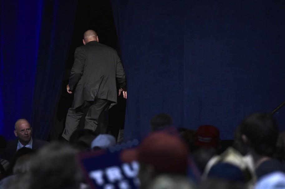 Miembro del Servicio Secreto evacúa el Centro de Convenciones de Reno, Nevada,