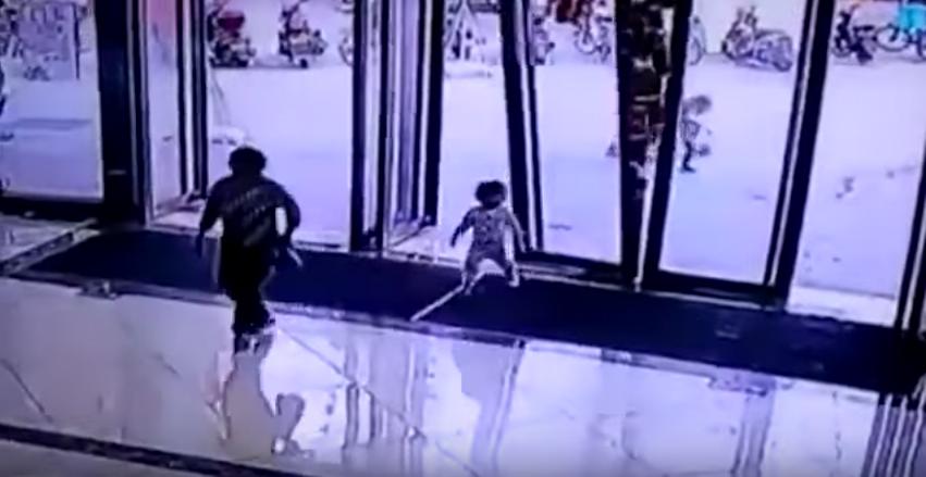 Niña sobrevive luego de que puerta de vidrio le cayó encima. Pulzo.com