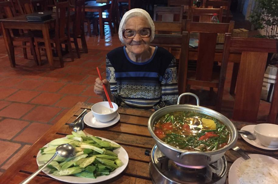 Abuela viajera, recorre el mundo sin compañía.