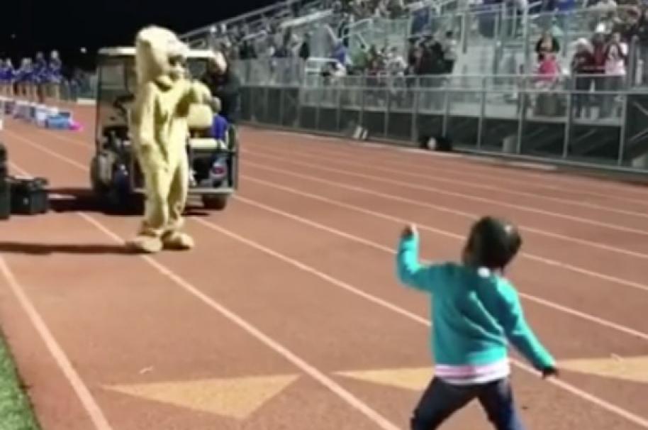 Niña bailó durante partido. Pulzo.com