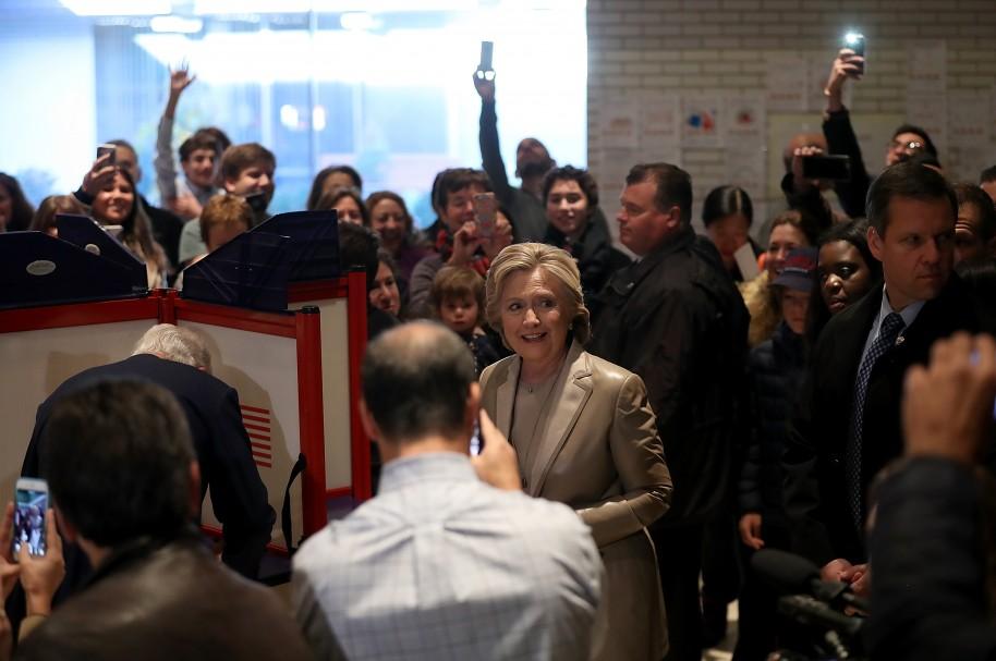 Clinton sale del Douglas Grafflin Elementary School después de emitir su voto