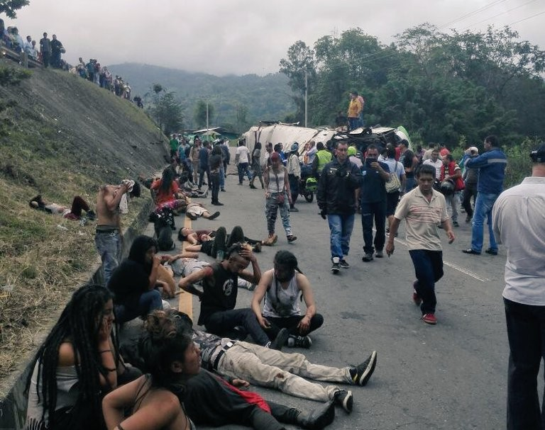 Heridos permanecen en la vía luego del accidente en el Alto de la Virgen