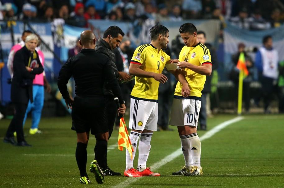 James Rodríguez le da la cinta de capitán a Radamel Falcao García