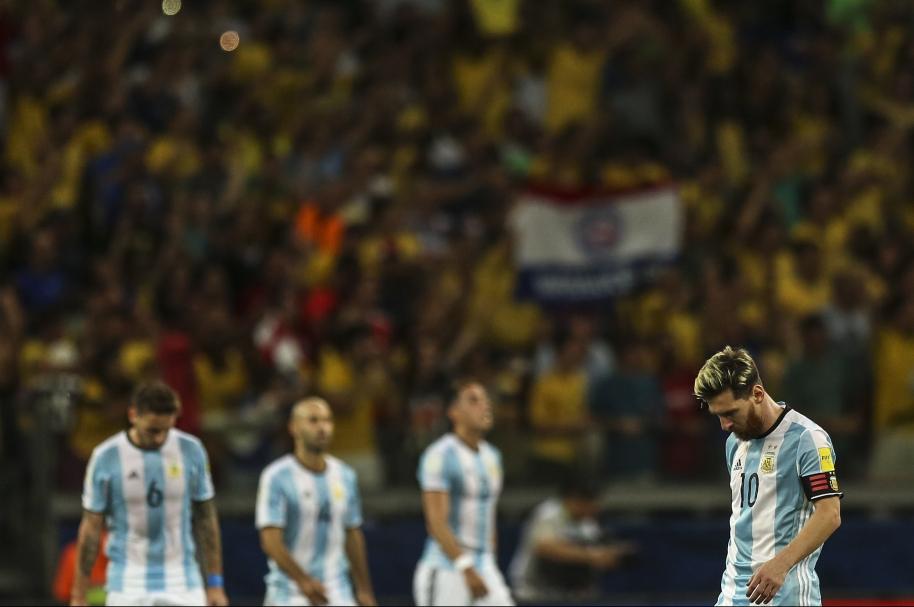 Lionel Messi (d) reacciona ante la anotación de un gol por parte de Brasil