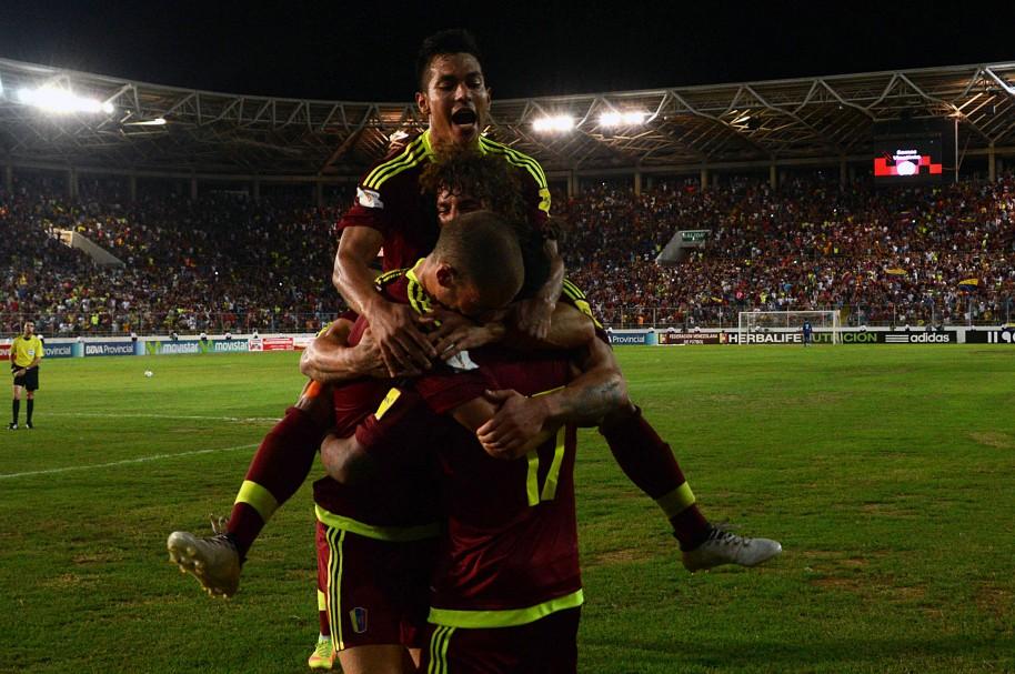 Jugadores venezolanos celebran su triunfo sobre Bolivia en Maturín