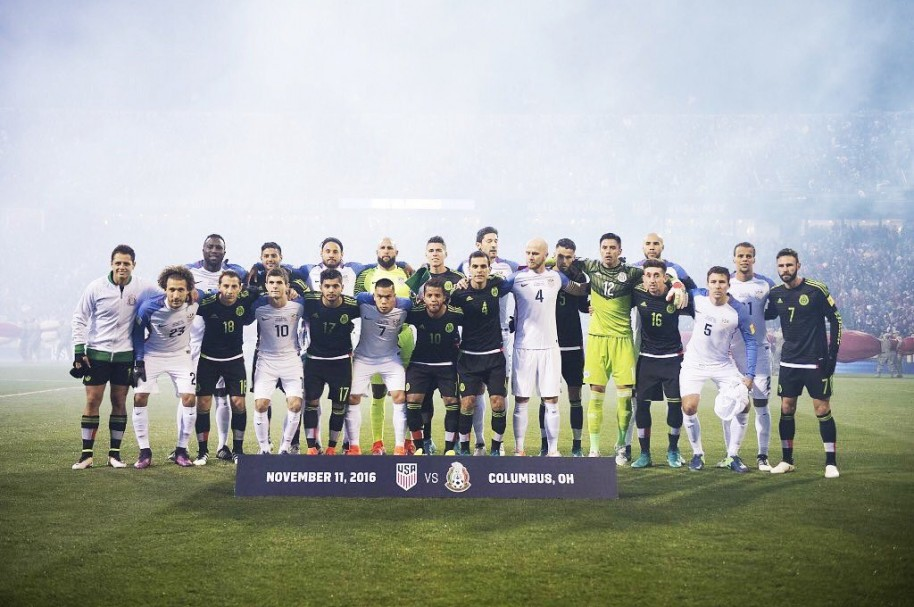 Jugadores de México y Estados Unidos posan antes de su partido por eliminatorias