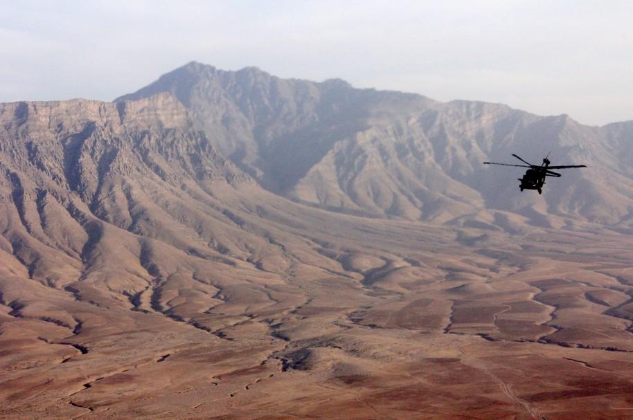 Un helicóptero sobrevuela la base aérea de Bagram (imagen de archivo)